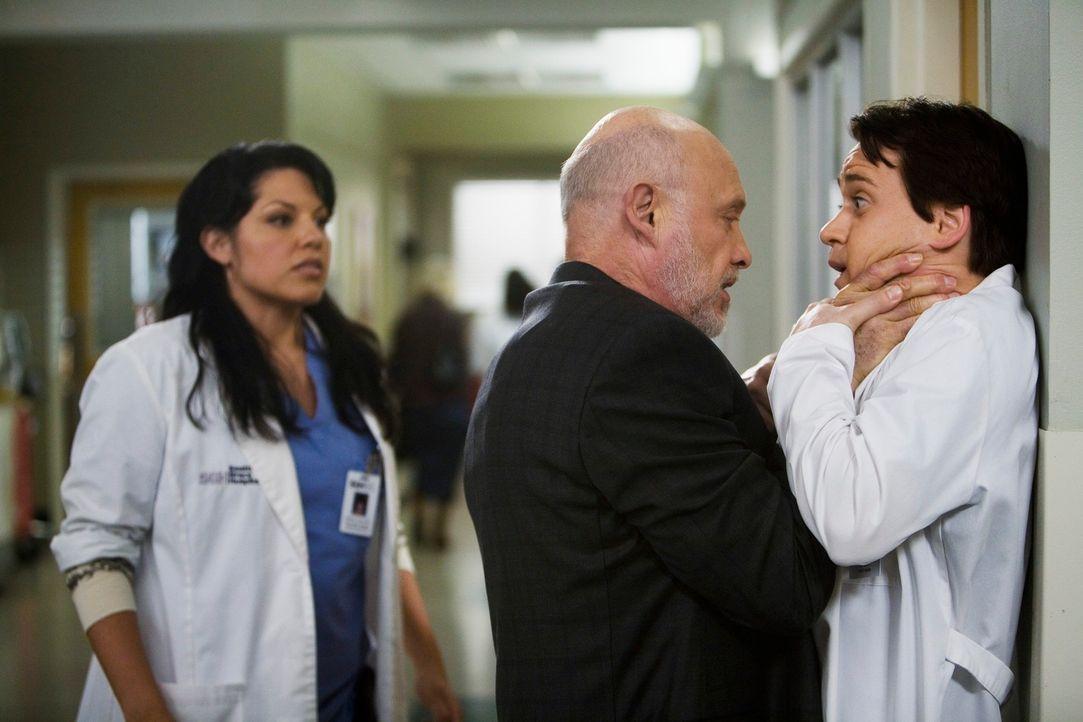 Callie (Sara Ramirez, l.) bekommt Besuch von ihrem Vater (Hector Elizondo, M.). Da dieser nur einen Tag in Seattle verweilen will, entscheidet Calli... - Bildquelle: Touchstone Television
