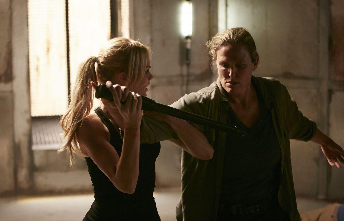 Elena (Laura Vandervoort, l.) kämpft auch gegen die Wächterin (Kara Wooten, r.), doch für sie ist es am wichtigsten, sich nicht zu verwandeln ... - Bildquelle: 2015 She-Wolf Season 2 Productions Inc.