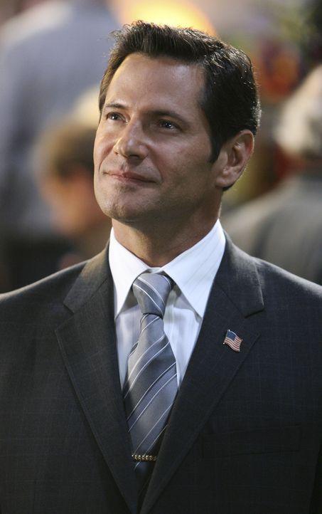 Im Haus der Zeta Beta Zetas dreht sich an diesem Wochenende alles nur um Rebeccas Vater, Senator Logan (Thomas Calabro), der mit Spannung  erwartet... - Bildquelle: ABC Family