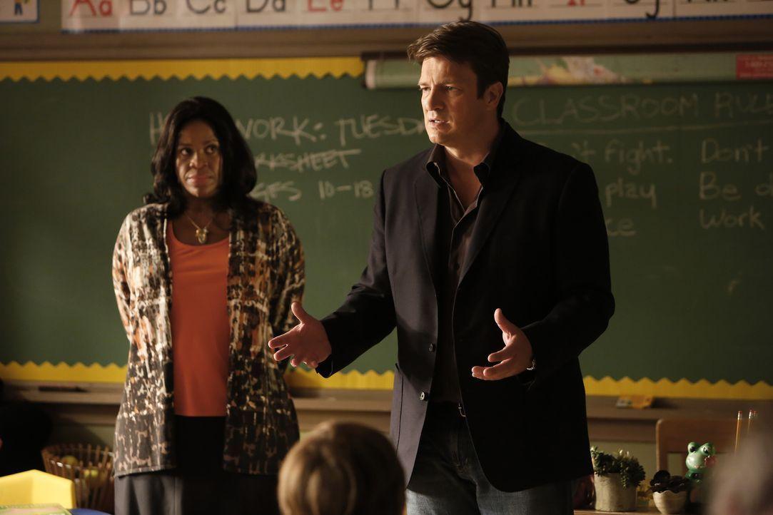 Zusammen mit der Lehrerin Mrs. Leslie Ruiz (Michael Hyatt, l.) versucht Castle (Nathan Fillion, r.) den Kindern zu erklären, warum er ihre Hilfe bra... - Bildquelle: Nicole Wilder-Shattuck ABC Studios / Nicole Wilder-Shattuck