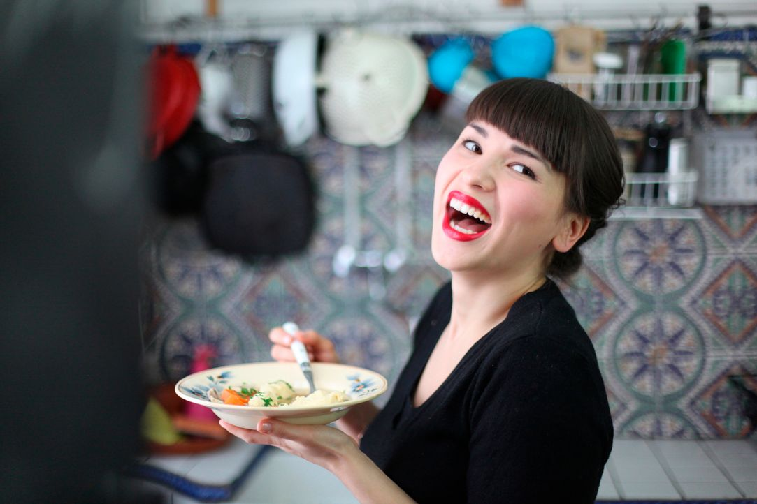 Klein, aber fein: Rachel Khoo genießt das Kochen in ihrer kleinen Küche und zaubert wunderbare Gerichte ... - Bildquelle: Daniel Lucchesi Plum Pictures 2012