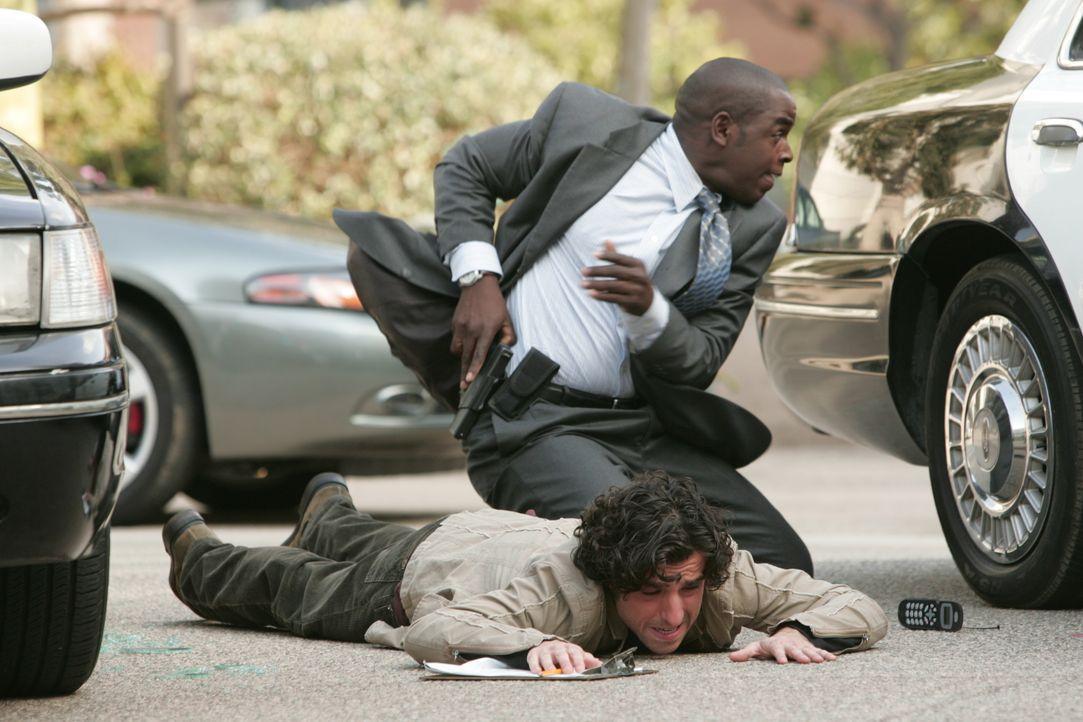 Der Heckenschütze der L.A. bedroht kennt keine Gnade. Charlie (David Krumholtz, unten) und David (Alimi Ballard, oben) suchen Schutz hinter einem Wa... - Bildquelle: Paramount Network Television