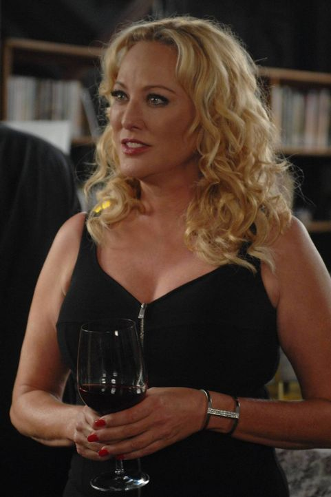 Penelope (Virginia Madsen) ist auf der Suche nach einem Gegenstand, den Wendy angeblich von ihrem Vater gestohlen hat ... - Bildquelle: 2013 Lifetime Entertainment Services, LLC. All rights reserved.v