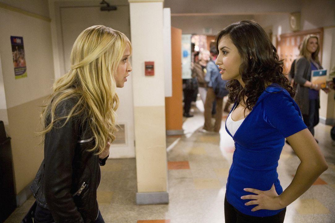 Zwischen Adrian Lee (Francia Raisa, r.) und Grace Bowman (Megan Park, l.) entbrennt ein handfester Streit wegen Ricky ... - Bildquelle: 2008 DISNEY ENTERPRISES, INC. All rights reserved. NO ARCHIVING. NO RESALE.