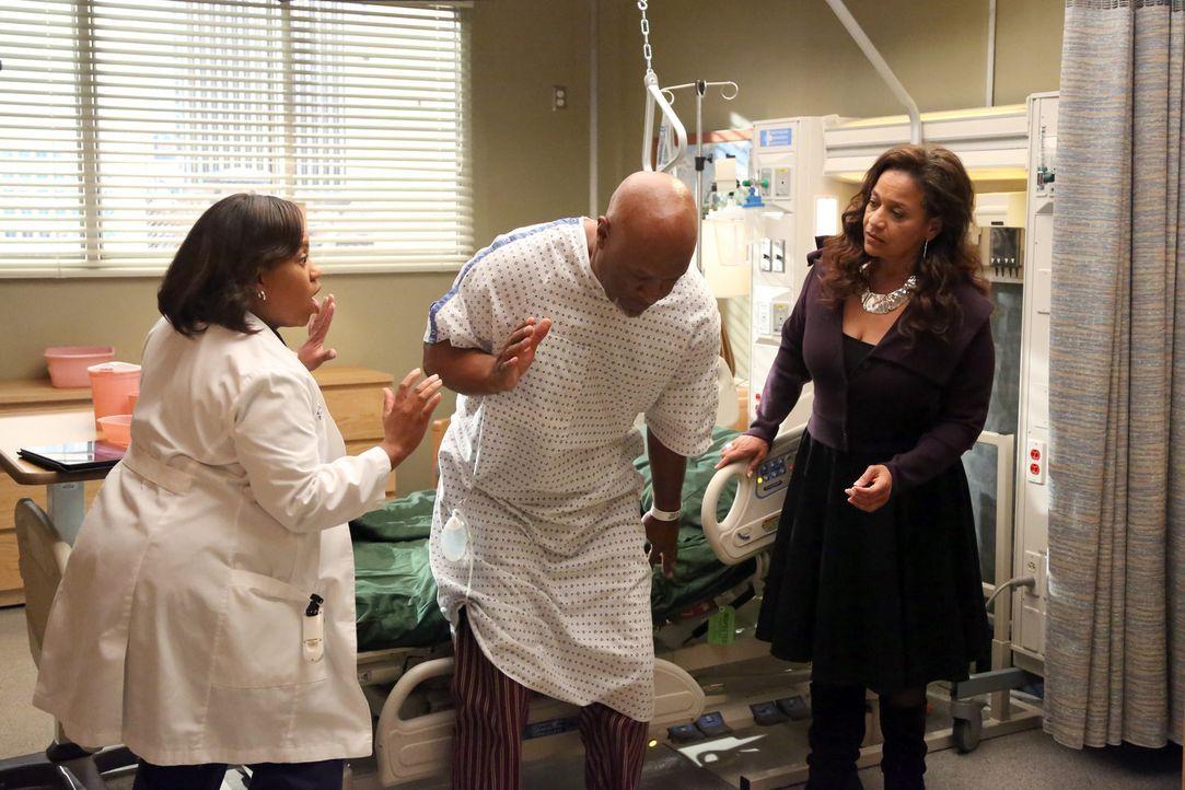 Nachdem neben Bailey (Chandra Wilson, l.) auch Catherine (Debbie Allen, r.) den ernsten Zustand von Webber (James Pickens Jr.,M.) wahrnimmt, will si... - Bildquelle: ABC Studios