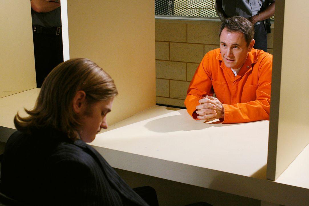 Auf die Bitte von Paul (Mark Moses, r.) hin bringt Mike Zach (Cody Kasch, l.) dazu, Paul im Gefängnis zu besuchen ... - Bildquelle: 2005 Touchstone Television  All Rights Reserved