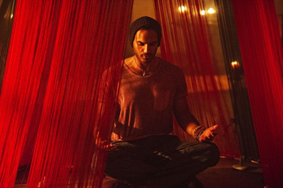 Nachdem eine Stimme in seinem Kopf einfach keine Ruhe geben will, macht Penny (Arjun Gupta) schließlich eine erstaunliche und grauenvolle Entdeckung... - Bildquelle: 2015 Syfy Media Productions LLC. ALL RIGHTS RESERVED.