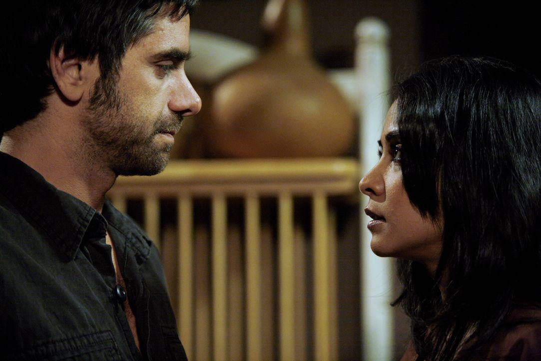 Hat ihre Liebe eine Chance?: Tony (John Stamos, l.) und Neela (Parminder Nagra, r.) ... - Bildquelle: Warner Bros. Television