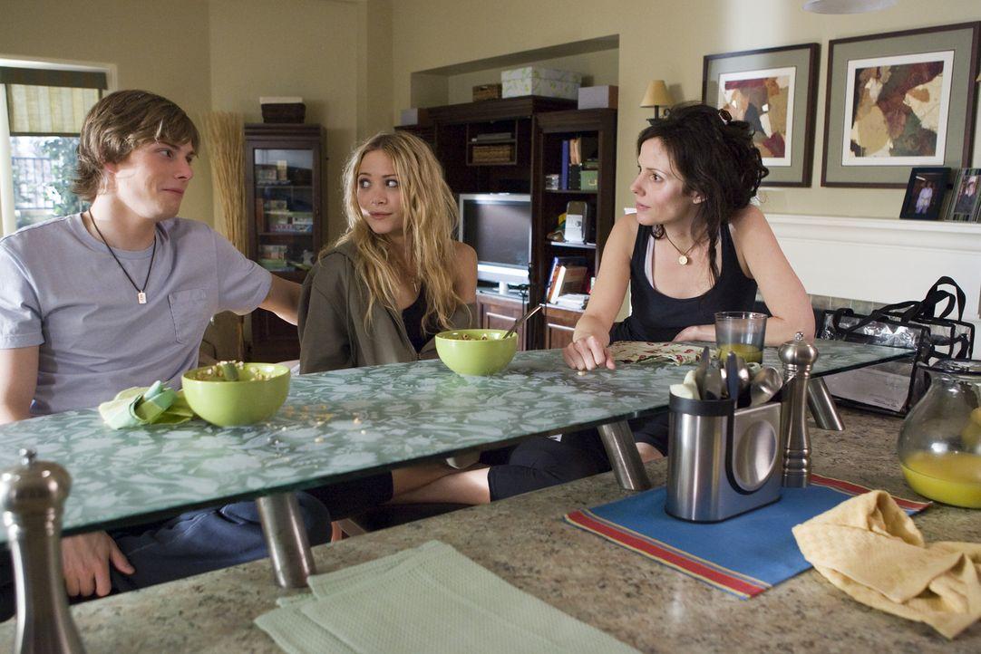 Ob Nancy (Mary-Louise Parker, r.) glauben kann, dass Silas (Hunter Parrish, l.) und Tara (Tara Lindman, M.) angeblich enthaltsam sind? - Bildquelle: Lions Gate Television
