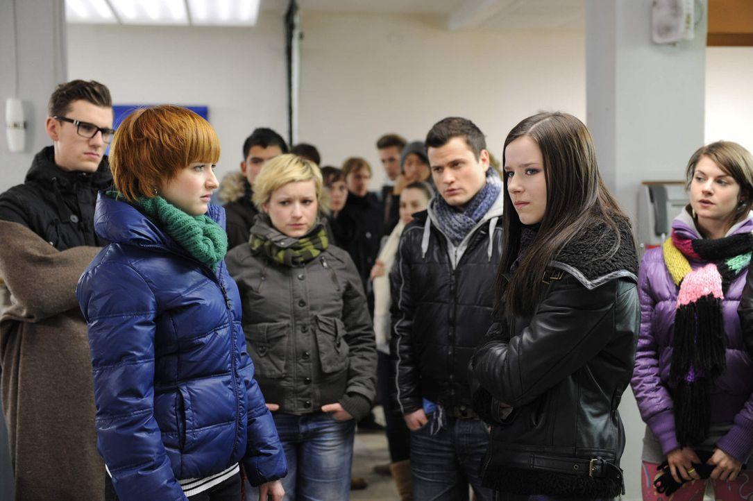 Als Timo (Rocco Stark, 3.v.r.) Sophie (Franciska Friede, 2.v.l.) weitere Hilfe verweigert, um Luzi (Selina Müller, 2.v.r.) nicht noch mehr zu hinte... - Bildquelle: SAT.1