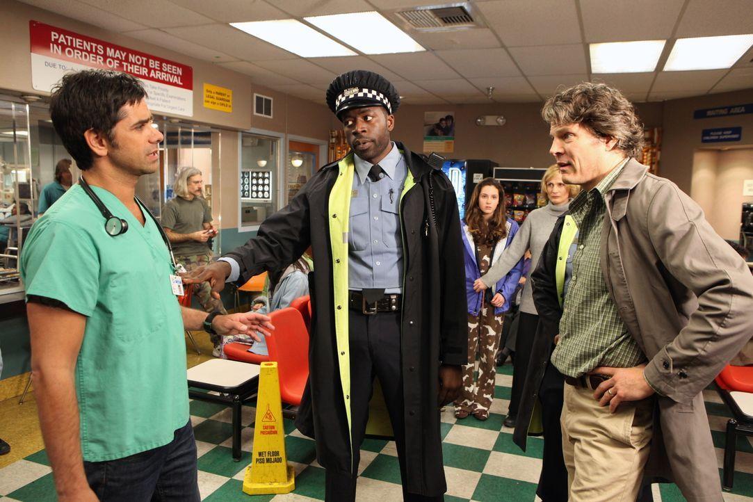 Tony (John Stamos, l.) ist sauer auf Dick White (Michael Reilly Burke, r.) - er hat den Teenagern eine Flasche Wodka gekauft, denn ihm schien es sic... - Bildquelle: Warner Bros. Television