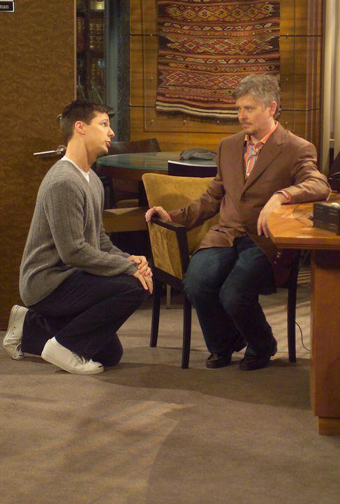 Erst nach entsprechender Bezahlung lässt sich Jack (Sean Hayes, l.) auf den Deal mit Will ein und trifft sich mit dessen neuen Mandanten Stuart (Dav... - Bildquelle: Chris Haston NBC Enterprises International