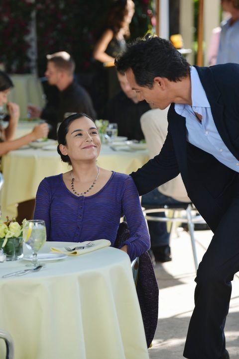 Noch ahnt Jake (Benjamin Bratt, r.) nicht, welche Neuigkeit seine Tochter Angela (Emily Rios, l.) für ihn hat ... - Bildquelle: ABC Studios