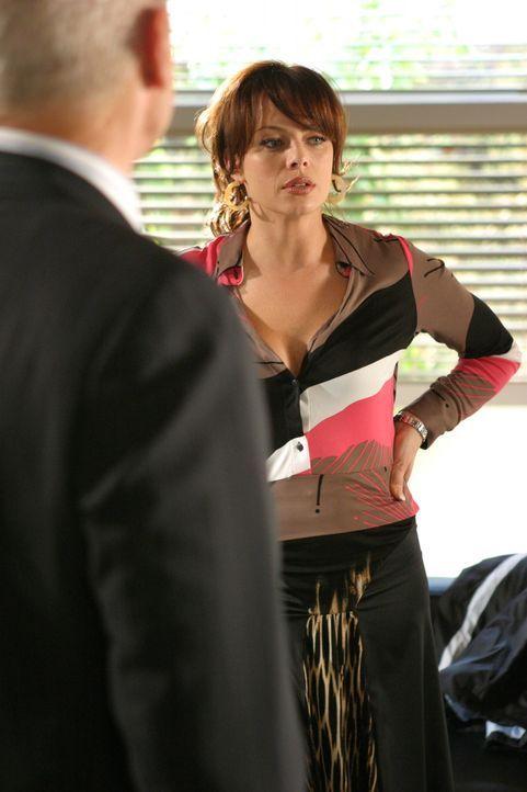 Caleb (Alan Dale, l.) teilt Julie (Melinda Clarke, r.) mit, dass er Lindsay adoptieren möchte, diese ist davon allerdings gar nicht begeistert, da... - Bildquelle: Warner Bros. Television