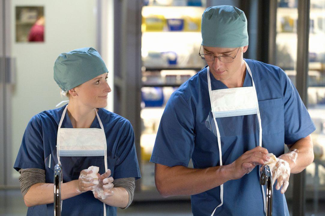 Die Lebertransplantation ist gut verlaufen und Emily (Mamie Gummer, l.) und Will (Justin Hartley, r.) sind mit ihrer Arbeit sehr zufrieden ... - Bildquelle: 2012 The CW Network, LLC. All rights reserved.