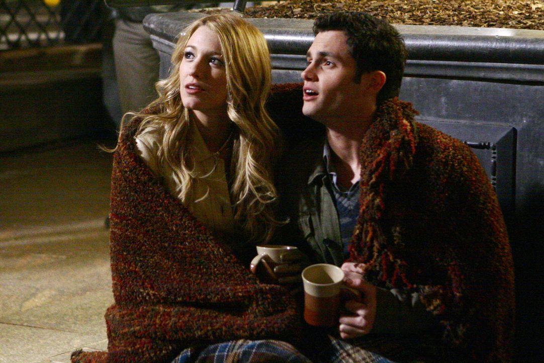 Serena (Blake Lively, l.) und Dan (Penn Badgley, r.) genießen die romantischen Stunden zu zweit, als plötzlich Nate mit einer Nachricht für Dan a... - Bildquelle: Warner Bros. Television