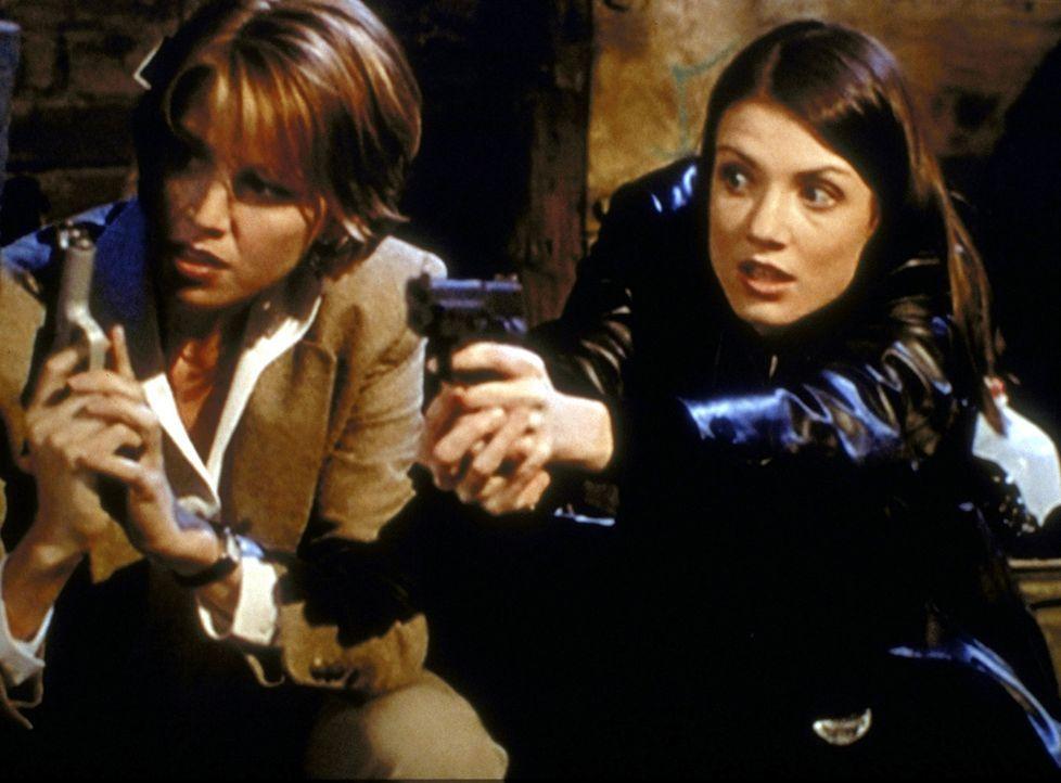 Die beiden Polizistinnen Amy (Kathy Evison, r.) und Taylor (Zoe McLellan, l.), die Organhändlern auf der Spur sind, werden von den Gangstern beschos... - Bildquelle: Viacom