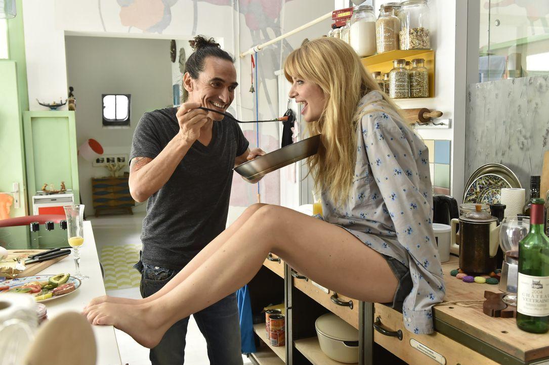 Mila (Susan Sideropoulos, r.) schwebt mit Diego (Diego Wallraff, l.) im Siebten Himmel. Doch dann bittet er sie, mit ihm nach Mexiko zu gehen - für... - Bildquelle: Claudius Pflug sixx
