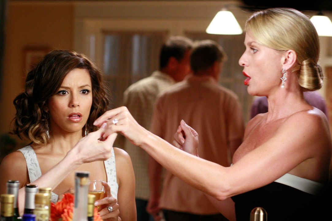 Gabrielle (Eva Longoria, l.) ist entsetzt, als Edie (Nicolette Sheridan, r.) am Spieleabend ganz stolz ihren Verlobungsring herumzeigt ... - Bildquelle: ABC Studios