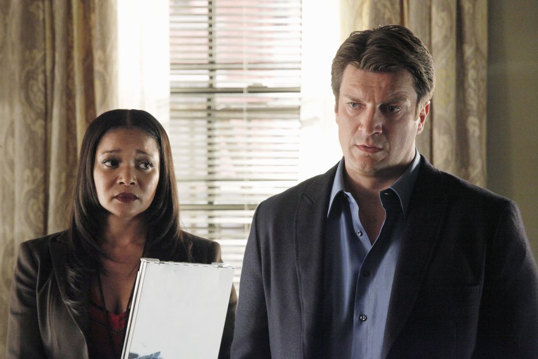 Lanie Parish (Tamala Jones, l.) will nicht glauben, dass Richard Castle (Nathan Fillion, r.) ein brutaler Mörder sein soll, doch die Beweise sind er... - Bildquelle: 2012 American Broadcasting Companies, Inc. All rights reserved.