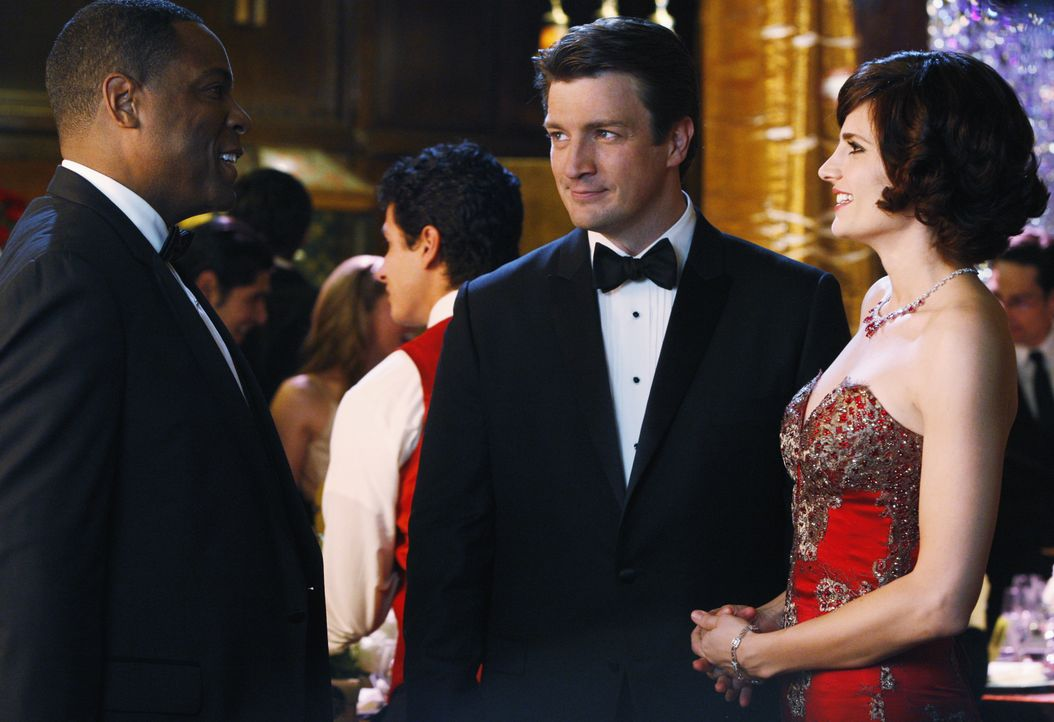 Der Bürgermeister (Joseph C. Phillips, l.) ist von Castles (Nathan Fillion, M.) Begleitung Kate (Stana Katic, r.) sofort angetan. - Bildquelle: ABC Studios