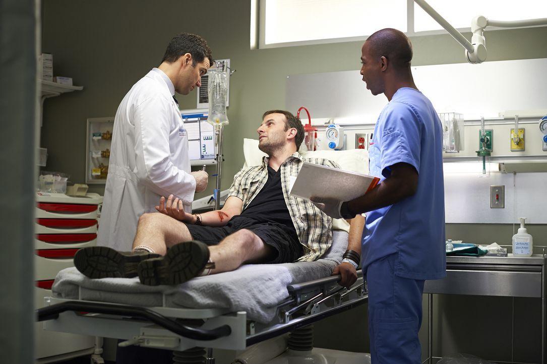 Dr. Miller (Benjamin Ayres, l.) und Rian (Danso Gordon, r.) müssen sich um Colin Merrifield (Drew Nelson, M.) kümmern, der mit einem Schlangenbiss i... - Bildquelle: Ken Woroner 2014 Hope Zee Three Inc.