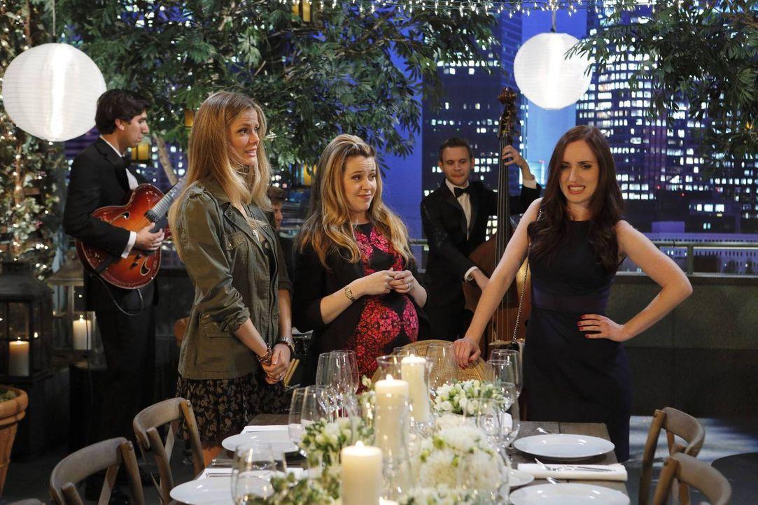 Einige Unstimmigkeiten sorgen bei Jules (Brooklyn Decker, l.), Andi (Majandra Delfino, M.) und Kate (Zoe Lister Jones, r.) für Spannungen ... - Bildquelle: 2013 CBS Broadcasting, Inc. All Rights Reserved.