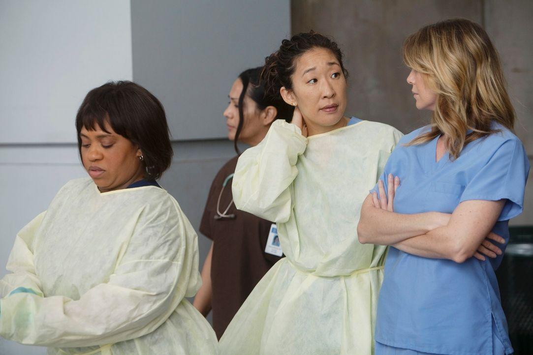 Versuchen alles, um Leben zu retten: Bailey (Chandra Wilson, l.), Cristina (Sandra Oh, 2.v.r.) und Meredith (Ellen Pompeo, r.) ... - Bildquelle: ABC Studios
