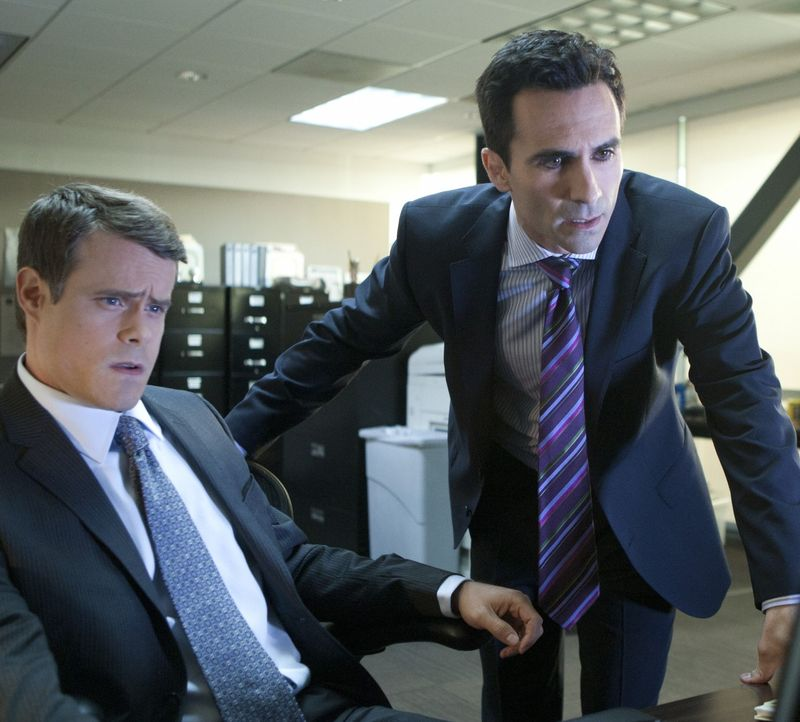 Kommen Doug Cupertino (Chris Elwood, l.) und FBI-Agent Victor Machado (Nestor Carbonell, r.) Bridget auf die Schliche? - Bildquelle: 2011 THE CW NETWORK, LLC. ALL RIGHTS RESERVED