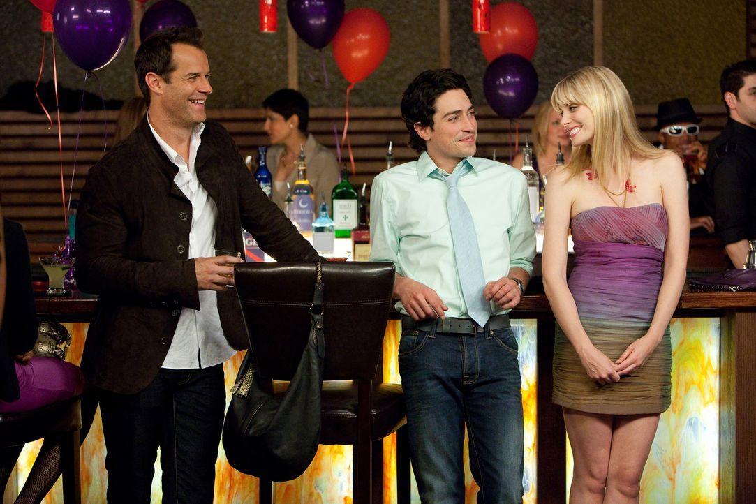 Nach einer Auseinandersetzung, bei der Stacy (April Bowlby, r.) Freds (Ben Feldman, M.) Eigenständigkeit in Frage stellt, feiern sie gemeinsam mit... - Bildquelle: 2011 Sony Pictures Television Inc. All Rights Reserved.