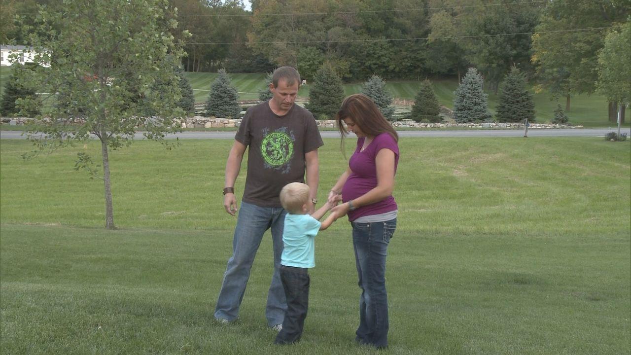 Mike (l.) möchte seine ungeborene Tochter auf keinen Fall zur Adoption freigeben, doch Tory (rr. ) sieht das anders ... - Bildquelle: Universal Pictures