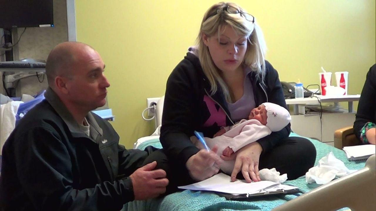 Ei schwerer Schritt für Tiffany Rose (r.) und ihren Freund (l.): Sie geben ihr Baby zur Adoption frei ... - Bildquelle: Universal Pictures