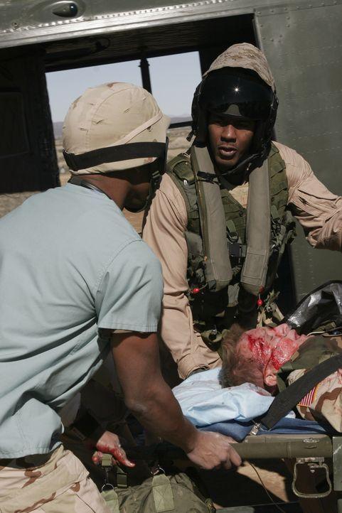 Michael (Sharif Atkin, l.) kümmert sich um einen verwundeten Soldaten im Irak ... - Bildquelle: WARNER BROS