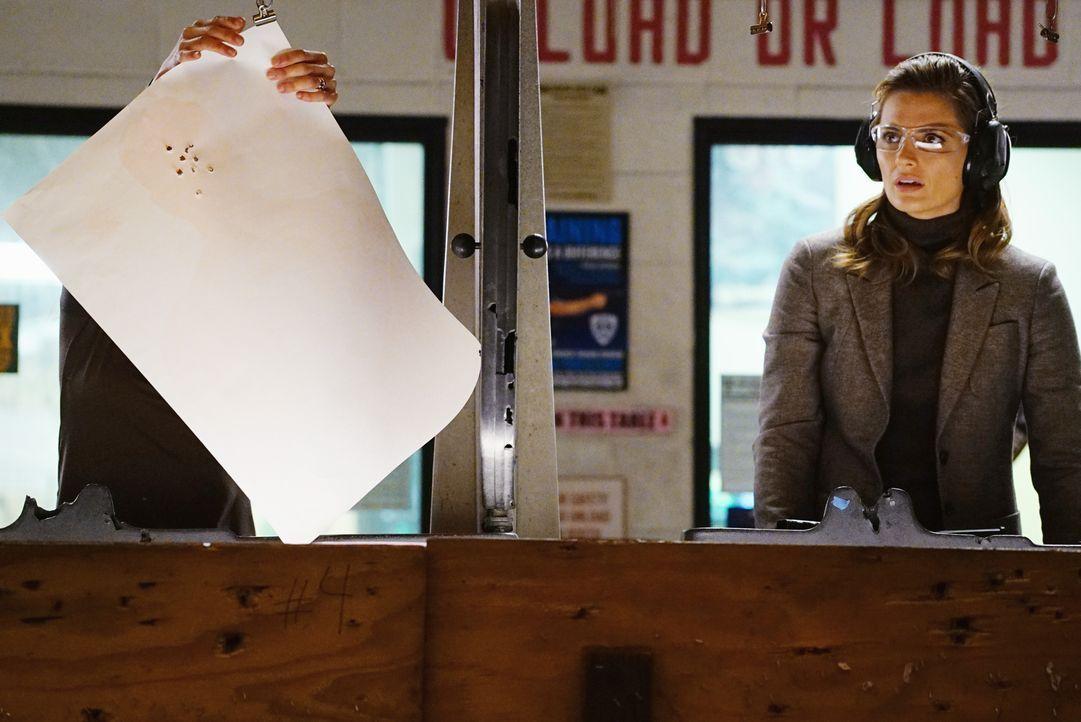 Kate (Stana Katic, r.) kann es nicht glauben: Zhang (Linda Park, l.) schießt um ein Vielfaches besser als sie ... - Bildquelle: Richard Cartwright ABC Studios / Richard Cartwright