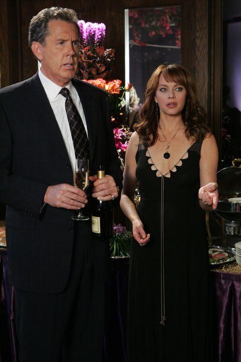 Kaitlin versucht ihrer Mutter Julie (Melinda Clarke, r.) eins auszuwischen und kommt mit ihrem Tennislehrer Spencer auf die Party, der zufälligerwe... - Bildquelle: Warner Bros. Television