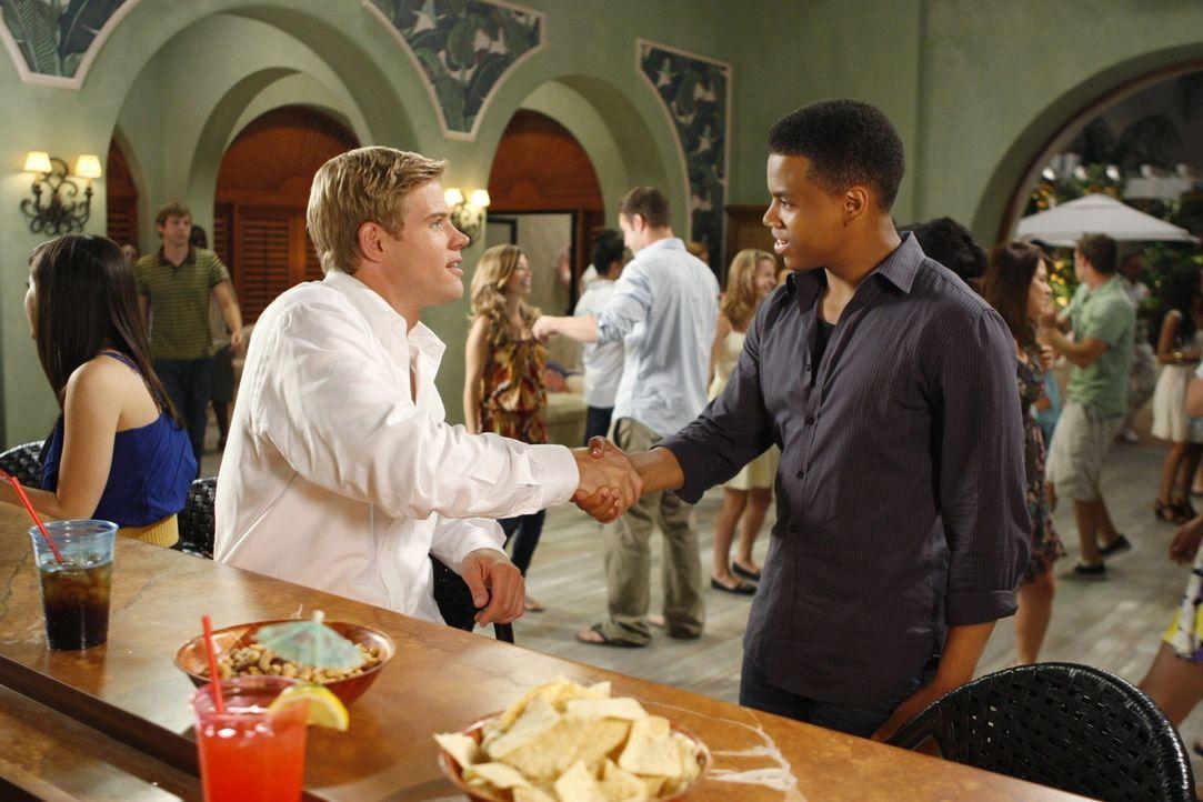 Dixon (Tristan Wilds, r.) begrüßt den Neuankömmling Teddy (Trevor Donovan, l.) freundlich. - Bildquelle: TM &   CBS Studios Inc. All Rights Reserved