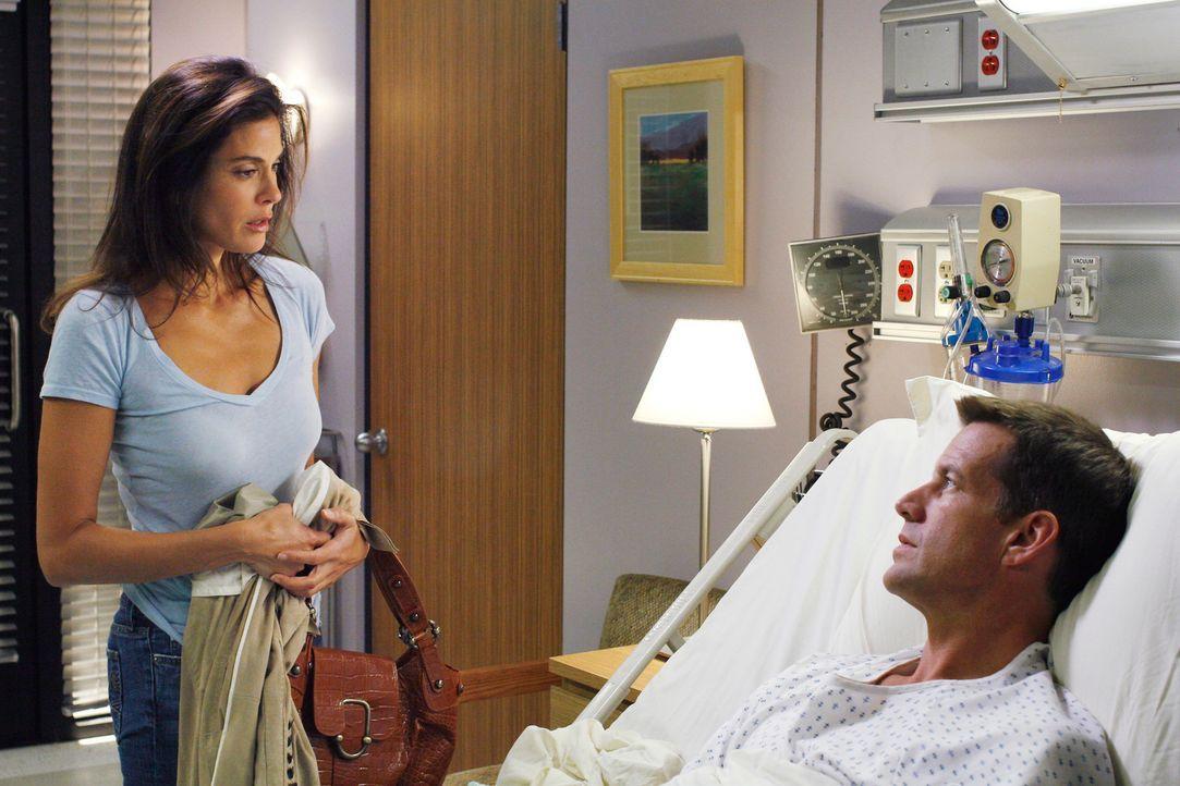 Als Susan (Teir Hatcher, l.) endlich bei Mike (James Denton, r.) im Krankenhaus angekommen ist, muss sie feststellen, dass er sich an sie nicht mehr... - Bildquelle: 2005 Touchstone Television  All Rights Reserved