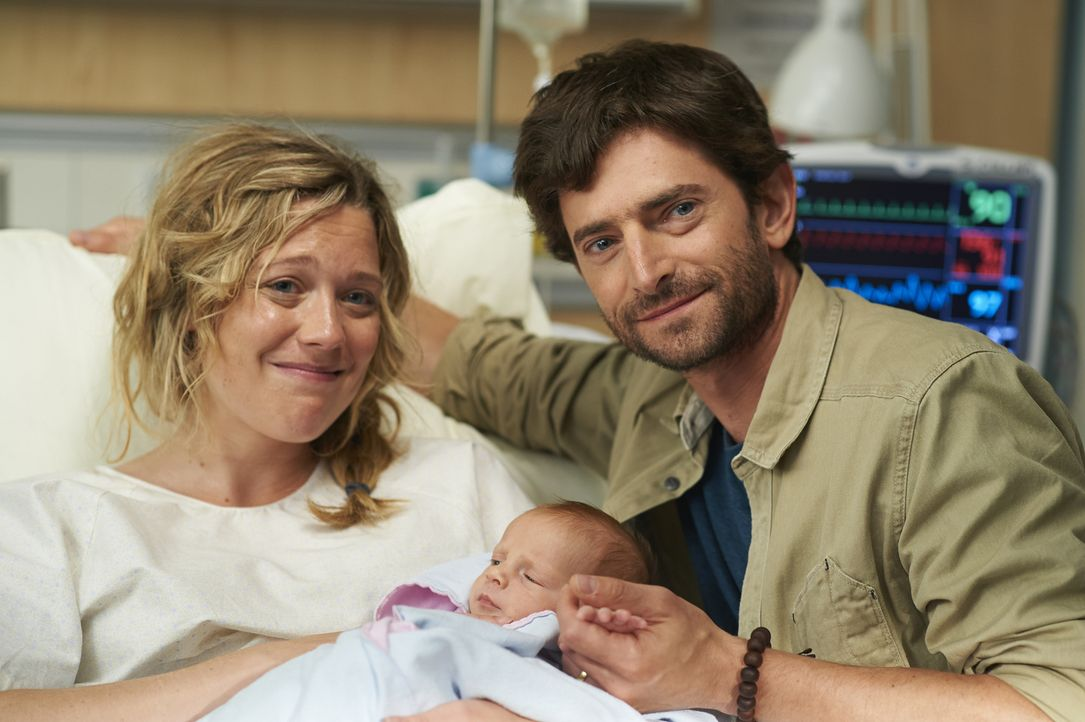 Sarah (Kate Hewlett, l.) und ihr Ehemann (Jordan Pettle, r.) können ihr Glück kaum fassen ... - Bildquelle: 2013  Hope Zee Two Inc.