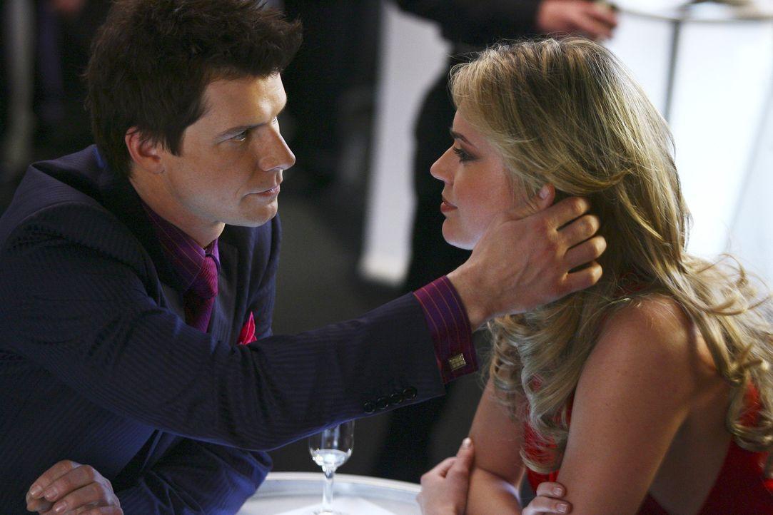Alexis (Rebecca Romijn, r.) übt eine unglaubliche Anziehungskraft auf Daniel (Eric Mabius, l.) aus ... - Bildquelle: Buena Vista International Television