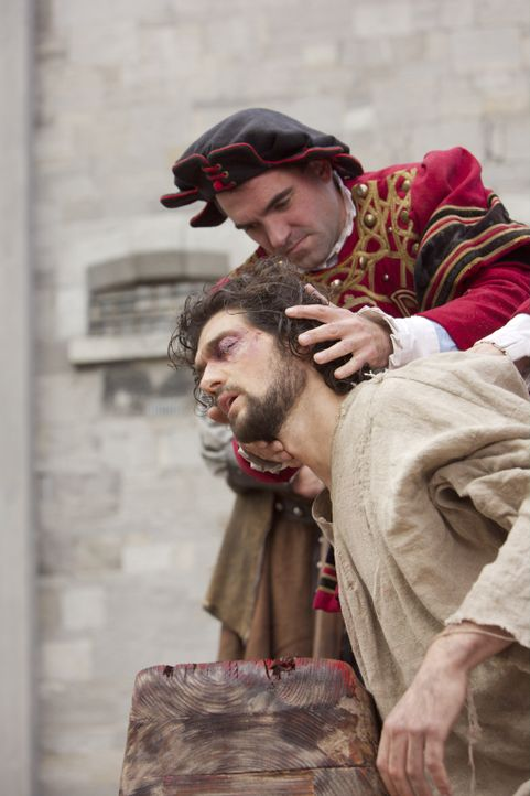 Wegen Unzucht mit der Königin zum Tode verurteilt: Mark Smeaton (David Alpay, vorne) ... - Bildquelle: 2008 TM Productions Limited and PA Tudors II Inc. All Rights Reserved.