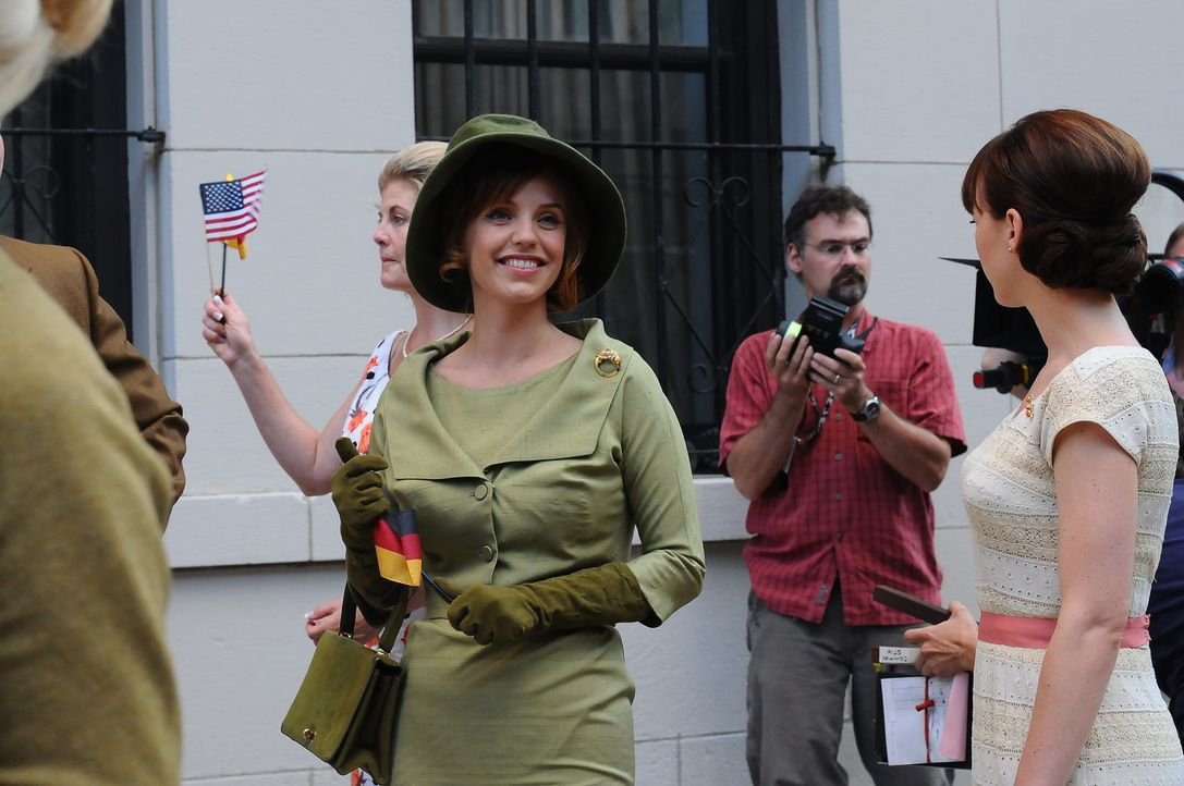 Nur, um ihre Deckung zu wahren, begleitet Kate (Kelli Garner, M.) die anderen Stewardessen zu der Rede von John F. Kennedy ... - Bildquelle: 2011 Sony Pictures Television Inc.  All Rights Reserved.