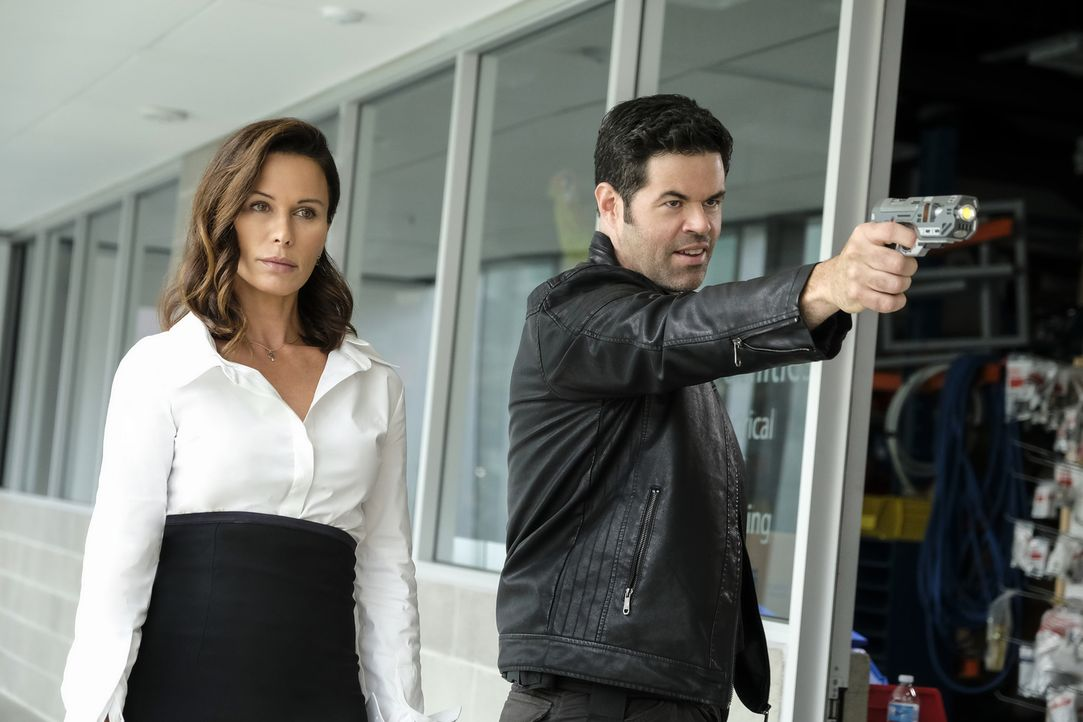 Mercy Graves (Rhona Mitra, l.); Otis Graves (Robert Baker, r.) - Bildquelle: Bettina Strauss 2018 The CW Network, LLC. All Rights Reserved.