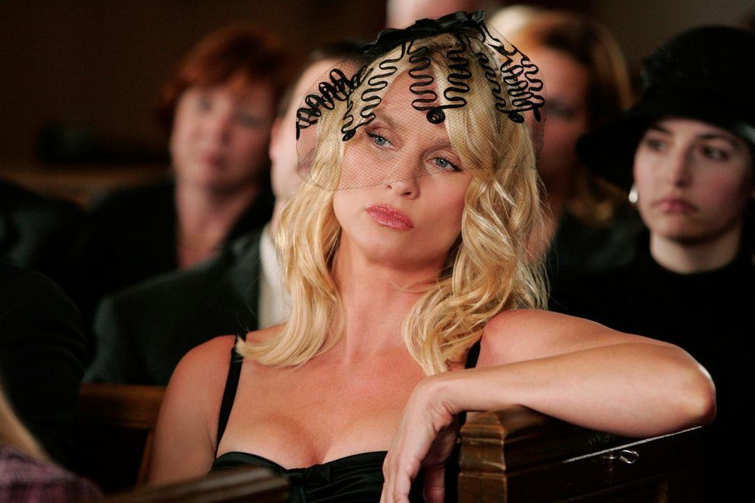 Edie (Nicollette Sheridan) beobachtet das geschehen der Trauerfeier ... - Bildquelle: 2005 Touchstone Television  All Rights Reserved