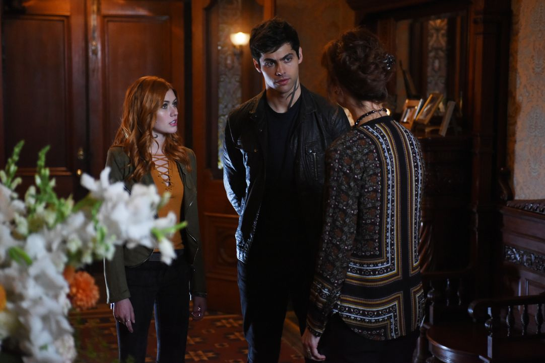 (v.l.n.r.) Clary Fray (Katherine McNamara); Alec Lightwood (Matthew Daddario); Iris Rouse (Stephanie Belding) - Bildquelle: John Medland 2016 Disney Enterprises, Inc. All rights reserved. / John Medland