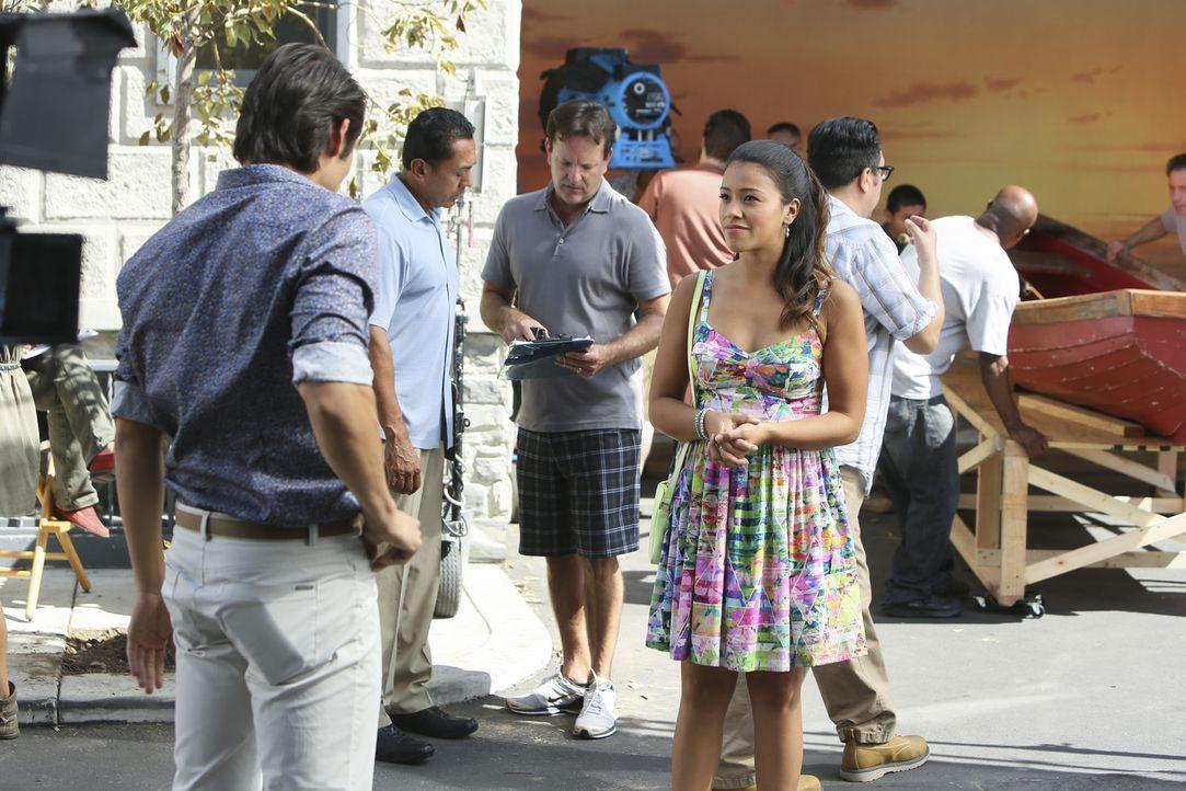 Möchte ihren Vater Rogelio besser kennenzulernen: Jane (Gina Rodriguez, vorne r.) ... - Bildquelle: 2014 The CW Network, LLC. All rights reserved.