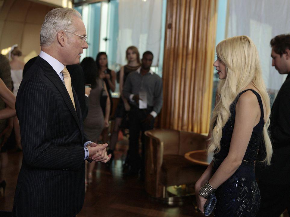 Dank Chuck hat Jenny (Taylor Momsen, r.) die Gelegenheit, mit dem berühmten Modezar Tim Gunn (Tim Gunn, l.) ein Gespräch zur führen. - Bildquelle: Warner Bros. Television