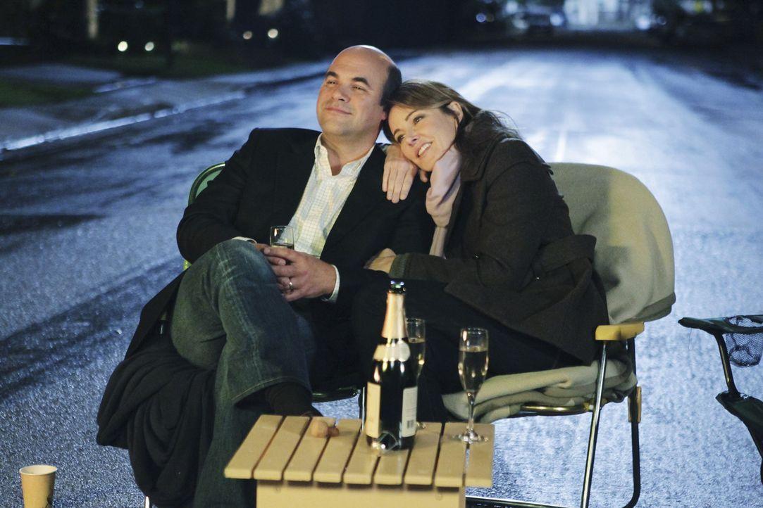 Sind glücklich miteinander: Andy (Ian Gomez, l.) und Ellie (Christa Miller, r.) ... - Bildquelle: 2010 ABC INC.
