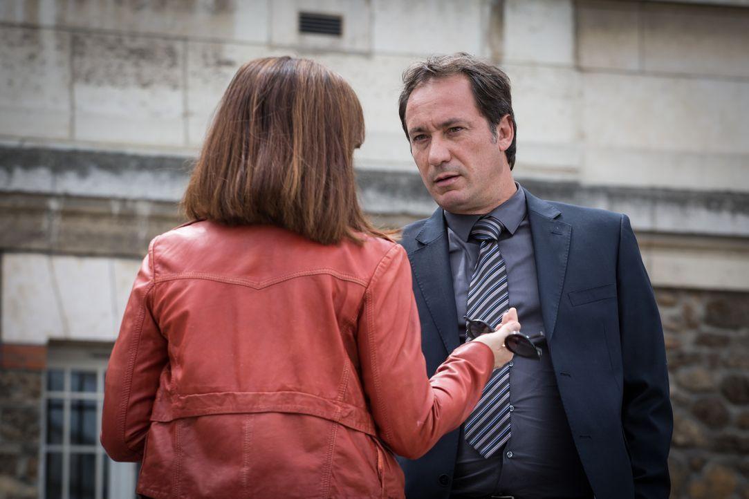 Argos schleicht sich wieder in Adèles (Juliette Roudet, l.) Leben, als sie von dessen Anwalt (Eric Poulain, r.) abgepasst wird ... - Bildquelle: Eloïse Legay 2017 BEAUBOURG AUDIOVISUEL