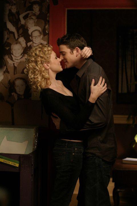Sie können ihre Zuneigung füreinander nicht mehr leugnen: Peyton (Hilarie Burton, l.) und Jake (Bryan Greenberg, r.) ... - Bildquelle: Warner Bros. Pictures