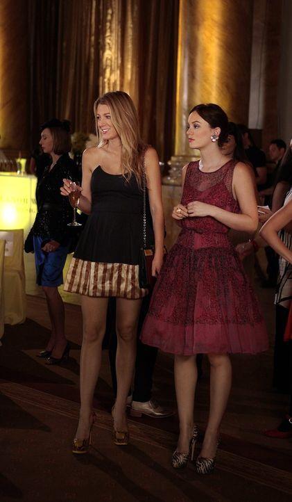 Während Blair (Leighton Meester, r.) eine brillante erste Modenschau ihrer neuen Waldorf-Modelinie präsentieren muss, entdeckt Serena (Blake Lively,... - Bildquelle: Warner Brothers